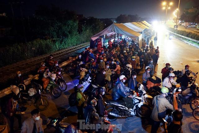 Cả nghìn người từ các tỉnh phía Nam đi xe máy qua Hà Nội để về quê trong đêm - Ảnh 1.