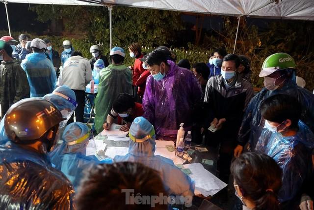 Cả nghìn người từ các tỉnh phía Nam đi xe máy qua Hà Nội để về quê trong đêm - Ảnh 2.