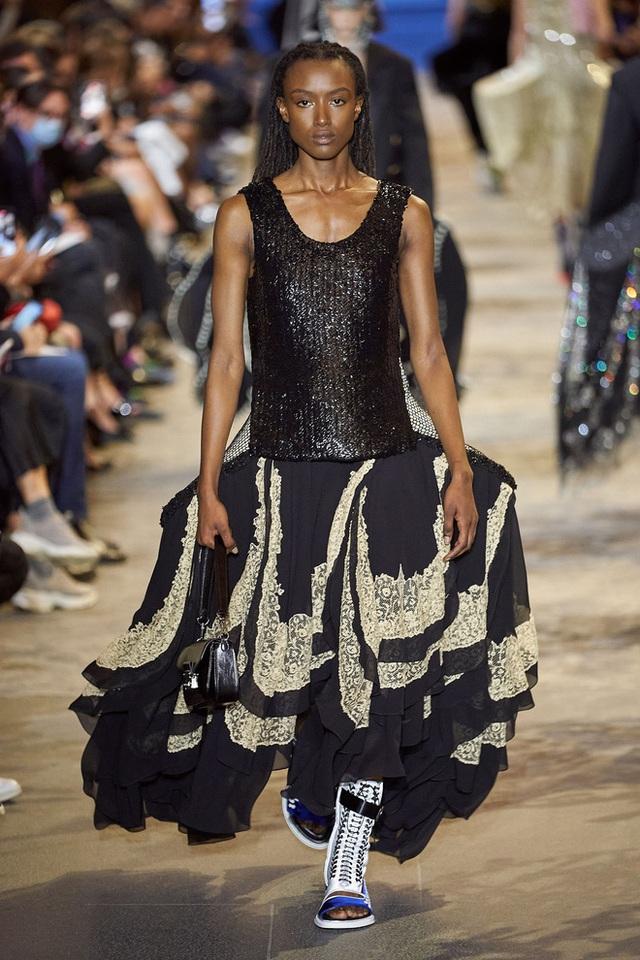 BIẾN CĂNG: Biểu tình giữa show Louis Vuitton làm khách mời nhốn nháo, bảo vệ phải lao lên sàn diễn dẹp loạn - Ảnh 1.