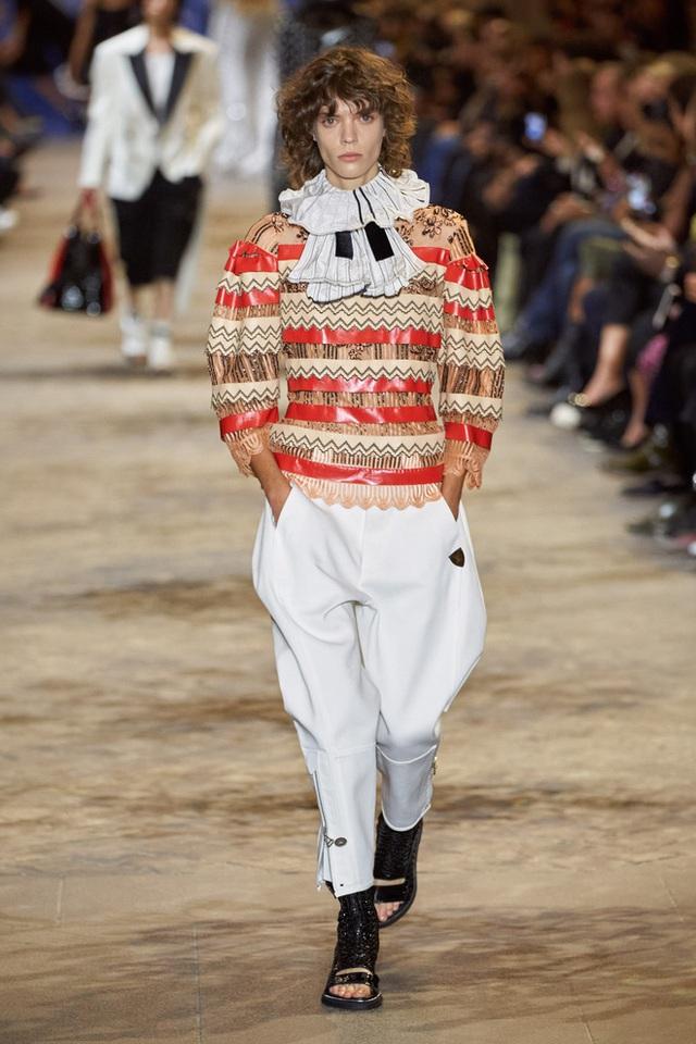 BIẾN CĂNG: Biểu tình giữa show Louis Vuitton làm khách mời nhốn nháo, bảo vệ phải lao lên sàn diễn dẹp loạn - Ảnh 2.