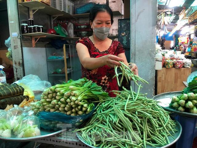 Nhiều chợ ở TPHCM vừa mở lại, thực phẩm giảm giá không ngờ - Ảnh 1.