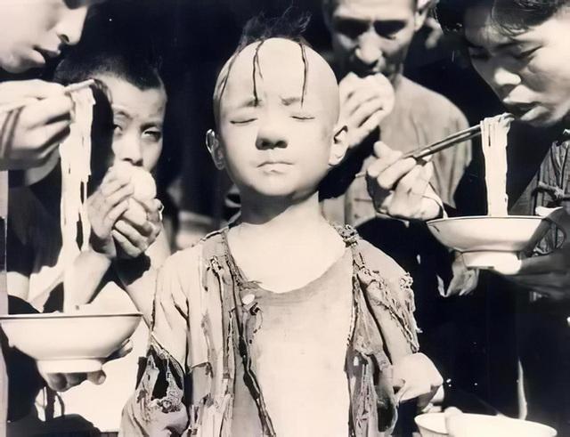 """Cuộc đời nghiệt ngã như phim của """"cậu bé Tam Mao"""": Vụt sáng thành sao chỉ nhờ một vai diễn nhưng lại phải đánh đổi bằng việc bị căn bệnh lạ đeo bám - Ảnh 2."""