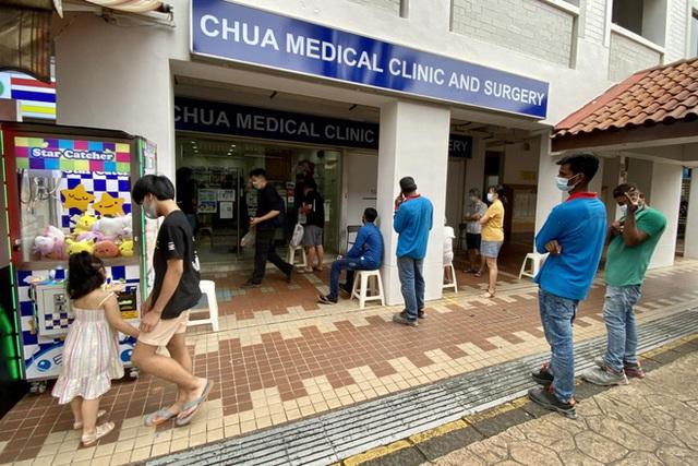Tiêm đầy đủ vắc xin Mỹ, dân Singapore lũ lượt kéo tới phòng khám xin tiêm thêm Sinopharm vì một lợi ích không ngờ - Ảnh 1.