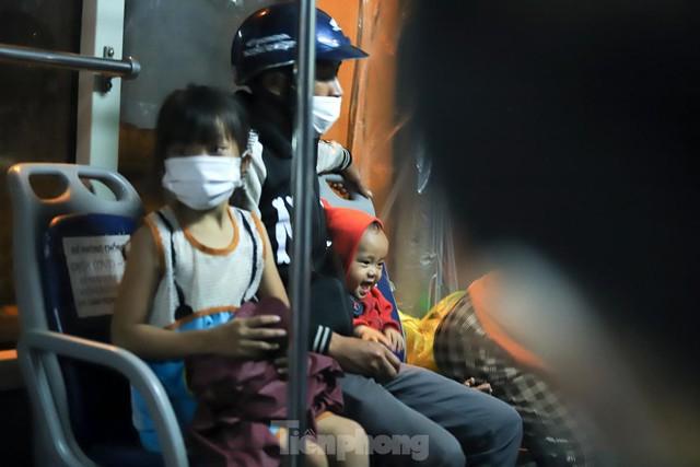 Cả nghìn người từ các tỉnh phía Nam đi xe máy qua Hà Nội để về quê trong đêm - Ảnh 11.