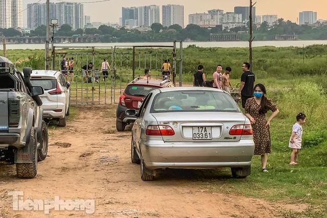 Lập các chốt kiểm soát ra bãi bồi chân cầu Vĩnh Tuy sau vụ cả nghìn người rủ nhau cắm trại - Ảnh 11.