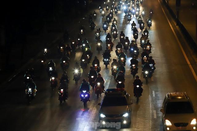 Cả nghìn người từ các tỉnh phía Nam đi xe máy qua Hà Nội để về quê trong đêm - Ảnh 12.