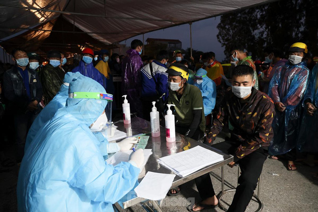 Cả nghìn người từ các tỉnh phía Nam đi xe máy qua Hà Nội để về quê trong đêm - Ảnh 3.