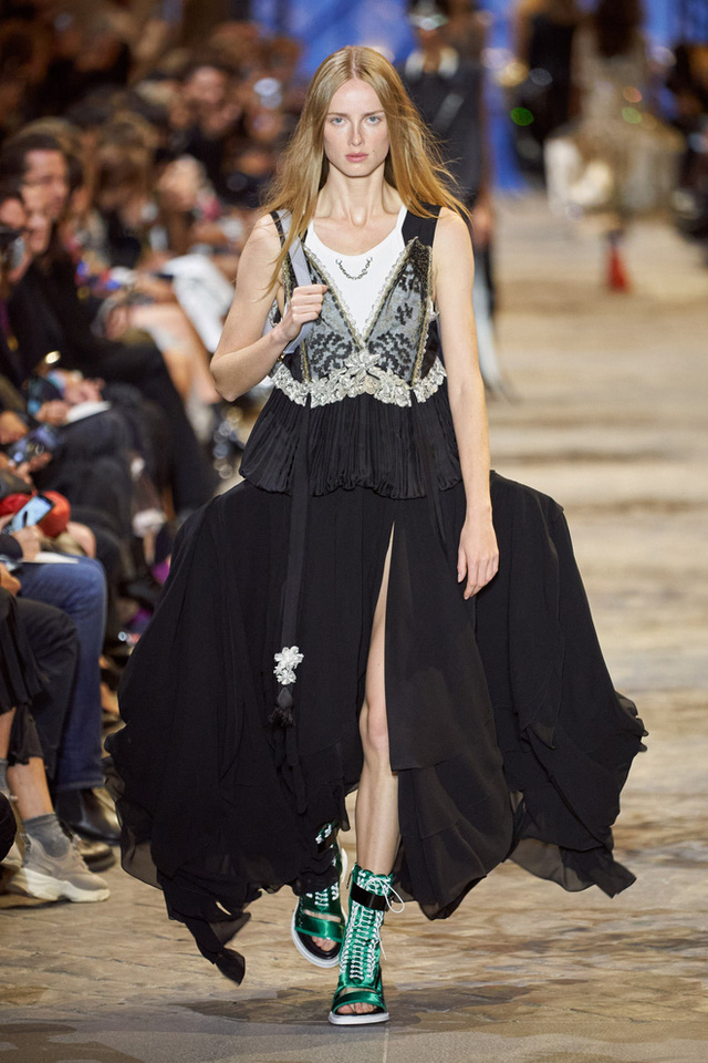 BIẾN CĂNG: Biểu tình giữa show Louis Vuitton làm khách mời nhốn nháo, bảo vệ phải lao lên sàn diễn dẹp loạn - Ảnh 3.