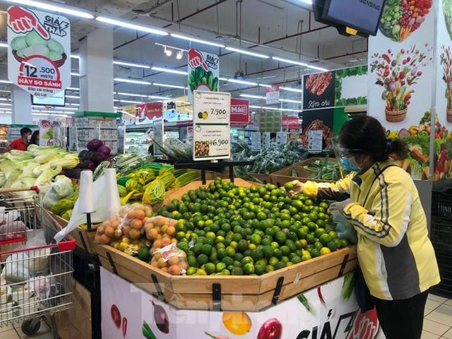 Nhiều chợ ở TPHCM vừa mở lại, thực phẩm giảm giá không ngờ - Ảnh 4.