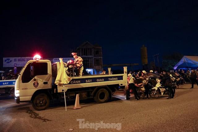 Cả nghìn người từ các tỉnh phía Nam đi xe máy qua Hà Nội để về quê trong đêm - Ảnh 5.