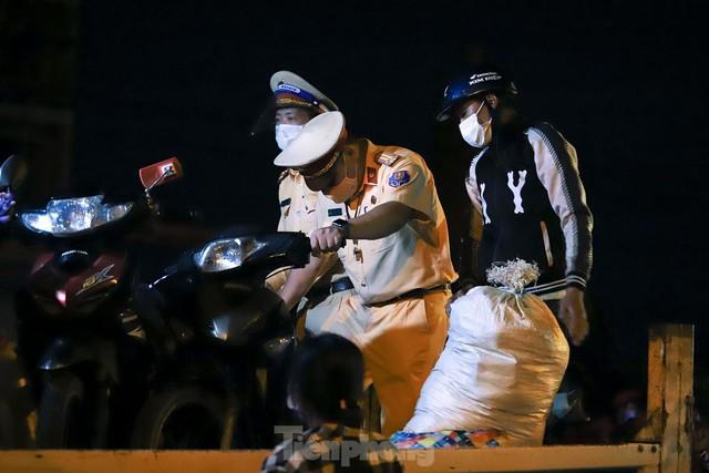 Cả nghìn người từ các tỉnh phía Nam đi xe máy qua Hà Nội để về quê trong đêm - Ảnh 6.