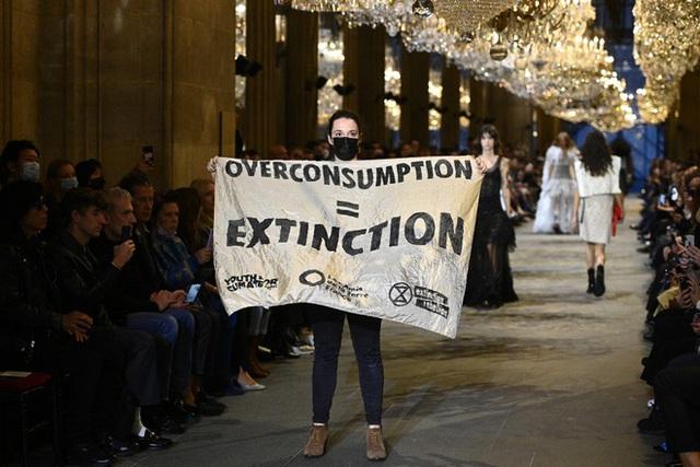 BIẾN CĂNG: Biểu tình giữa show Louis Vuitton làm khách mời nhốn nháo, bảo vệ phải lao lên sàn diễn dẹp loạn - Ảnh 8.