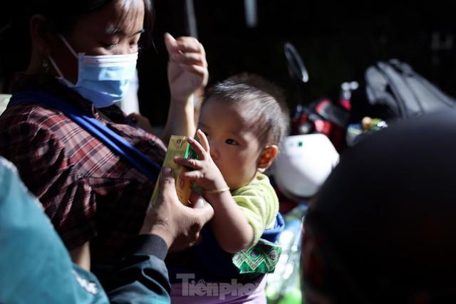 Cả nghìn người từ các tỉnh phía Nam đi xe máy qua Hà Nội để về quê trong đêm - Ảnh 7.