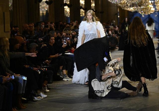 BIẾN CĂNG: Biểu tình giữa show Louis Vuitton làm khách mời nhốn nháo, bảo vệ phải lao lên sàn diễn dẹp loạn - Ảnh 9.
