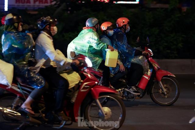 Cả nghìn người từ các tỉnh phía Nam đi xe máy qua Hà Nội để về quê trong đêm - Ảnh 8.