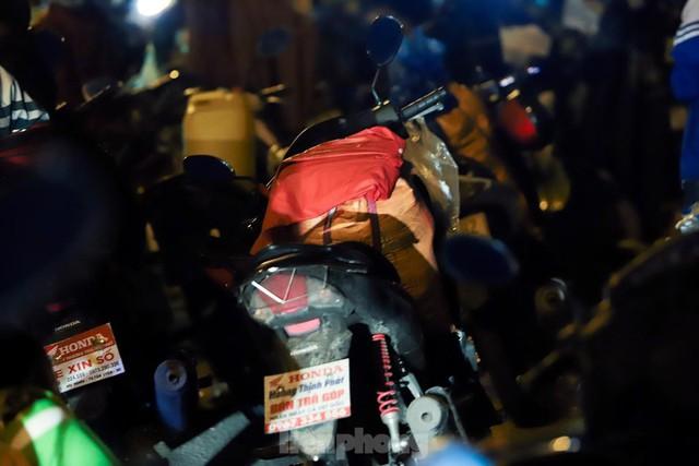 Cả nghìn người từ các tỉnh phía Nam đi xe máy qua Hà Nội để về quê trong đêm - Ảnh 9.