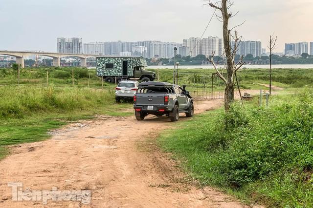 Lập các chốt kiểm soát ra bãi bồi chân cầu Vĩnh Tuy sau vụ cả nghìn người rủ nhau cắm trại - Ảnh 9.