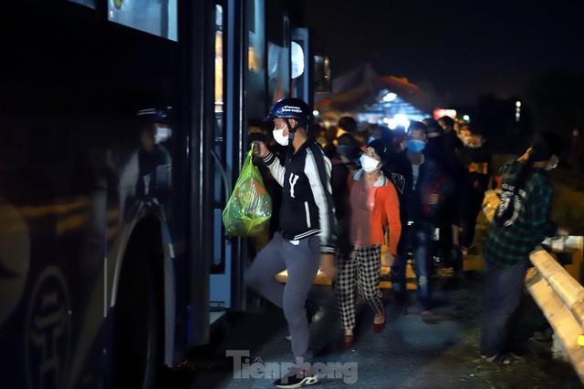 Cả nghìn người từ các tỉnh phía Nam đi xe máy qua Hà Nội để về quê trong đêm - Ảnh 10.