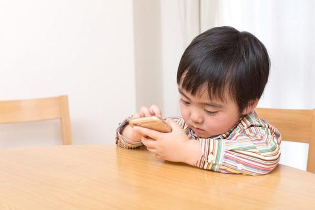 Điều gì sẽ xảy ra với não của một đứa trẻ khi chúng được bố mẹ cho dùng điện thoại quá nhiều - Ảnh 2.