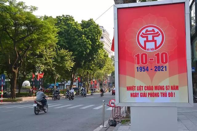 Đường phố Hà Nội rực rỡ chào mừng Kỷ niệm 67 năm Ngày Giải phóng Thủ đô - Ảnh 1.