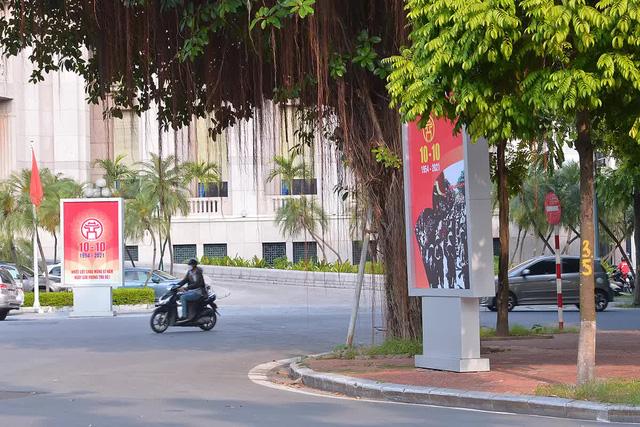 Đường phố Hà Nội rực rỡ chào mừng Kỷ niệm 67 năm Ngày Giải phóng Thủ đô - Ảnh 2.