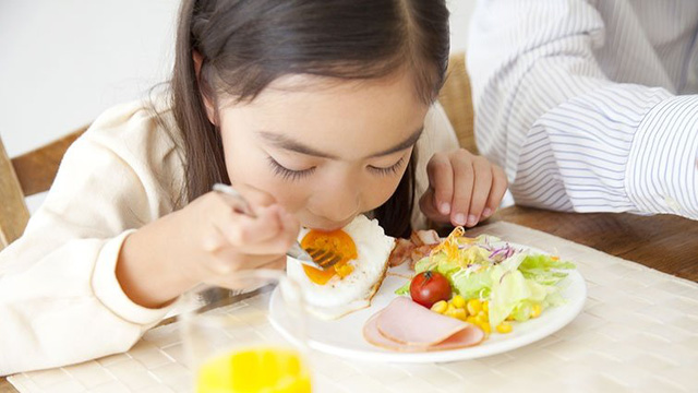 3 kiểu bữa sáng cực kỳ dễ gây ung thư cho trẻ nhỏ, hơn nữa còn gây đau dạ dày và làm tổn thương nhiều cơ quan - Ảnh 1.