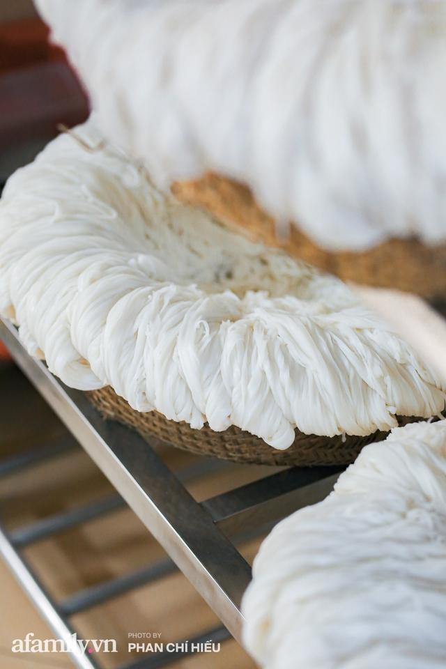 Bà chủ hàng bánh phở tráng tay hiếm hoi còn sót lại - nơi cung cấp nguyên liệu cho hầu hết quán phở nổi tiếng Hà Nội tiết lộ có cho thêm một thứ chẳng ai nghĩ tới để làm nên - Ảnh 2.