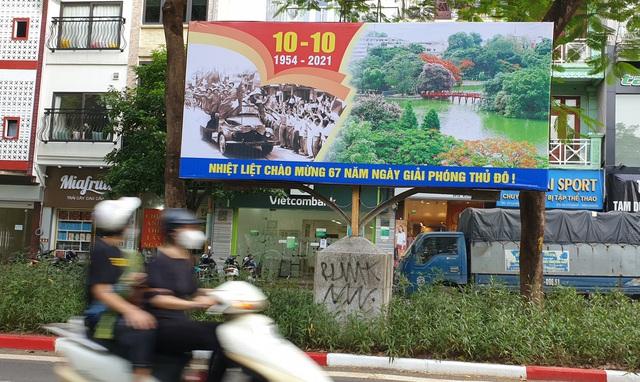 Đường phố Hà Nội rực rỡ chào mừng Kỷ niệm 67 năm Ngày Giải phóng Thủ đô - Ảnh 11.