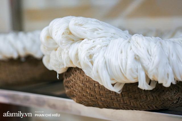 Bà chủ hàng bánh phở tráng tay hiếm hoi còn sót lại - nơi cung cấp nguyên liệu cho hầu hết quán phở nổi tiếng Hà Nội tiết lộ có cho thêm một thứ chẳng ai nghĩ tới để làm nên - Ảnh 11.
