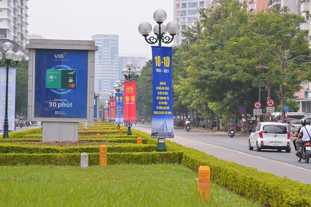 Đường phố Hà Nội rực rỡ chào mừng Kỷ niệm 67 năm Ngày Giải phóng Thủ đô - Ảnh 3.