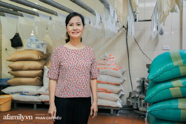 Bà chủ hàng bánh phở tráng tay hiếm hoi còn sót lại - nơi cung cấp nguyên liệu cho hầu hết quán phở nổi tiếng Hà Nội tiết lộ có cho thêm một thứ chẳng ai nghĩ tới để làm nên - Ảnh 3.