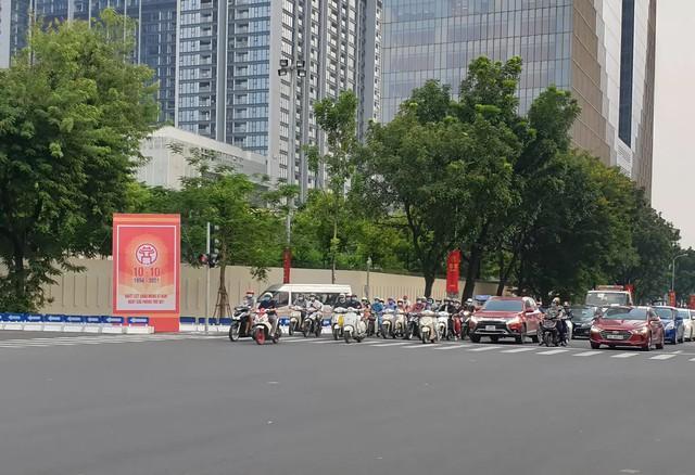 Đường phố Hà Nội rực rỡ chào mừng Kỷ niệm 67 năm Ngày Giải phóng Thủ đô - Ảnh 4.