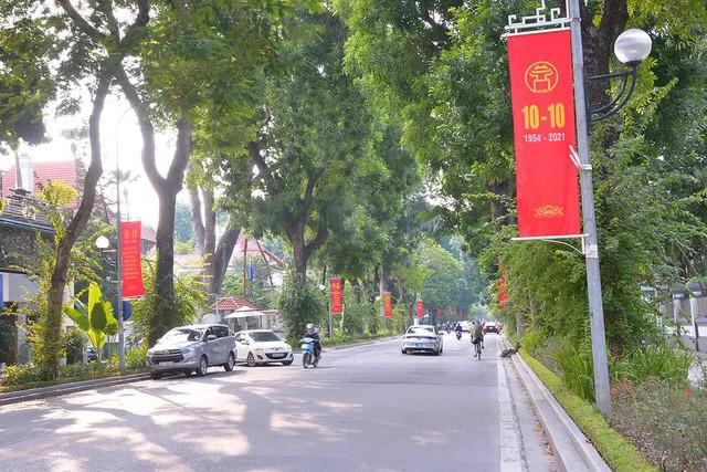 Đường phố Hà Nội rực rỡ chào mừng Kỷ niệm 67 năm Ngày Giải phóng Thủ đô - Ảnh 6.