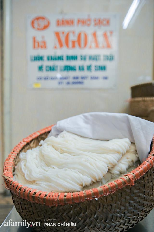 Bà chủ hàng bánh phở tráng tay hiếm hoi còn sót lại - nơi cung cấp nguyên liệu cho hầu hết quán phở nổi tiếng Hà Nội tiết lộ có cho thêm một thứ chẳng ai nghĩ tới để làm nên - Ảnh 6.
