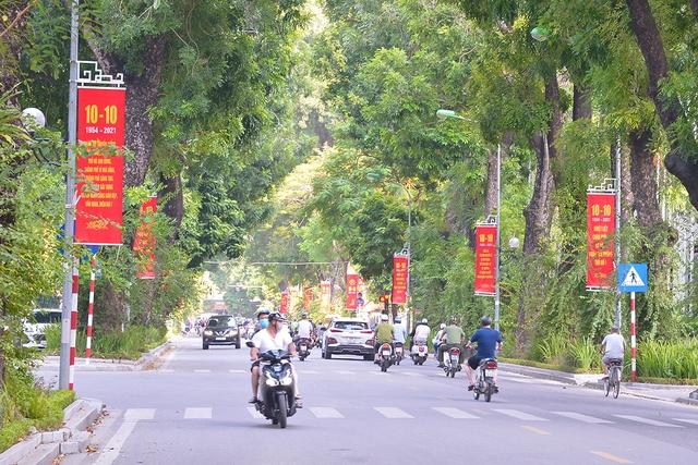 Đường phố Hà Nội rực rỡ chào mừng Kỷ niệm 67 năm Ngày Giải phóng Thủ đô - Ảnh 7.