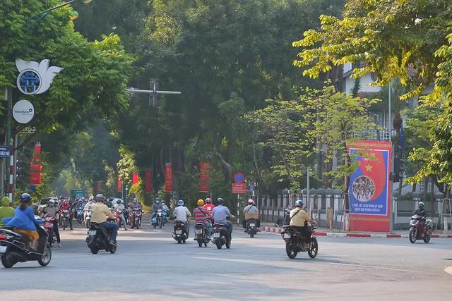 Đường phố Hà Nội rực rỡ chào mừng Kỷ niệm 67 năm Ngày Giải phóng Thủ đô - Ảnh 8.