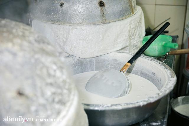 Bà chủ hàng bánh phở tráng tay hiếm hoi còn sót lại - nơi cung cấp nguyên liệu cho hầu hết quán phở nổi tiếng Hà Nội tiết lộ có cho thêm một thứ chẳng ai nghĩ tới để làm nên - Ảnh 8.