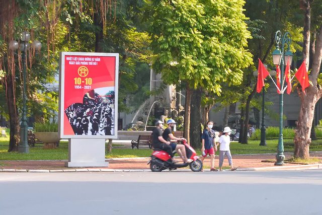 Đường phố Hà Nội rực rỡ chào mừng Kỷ niệm 67 năm Ngày Giải phóng Thủ đô - Ảnh 9.