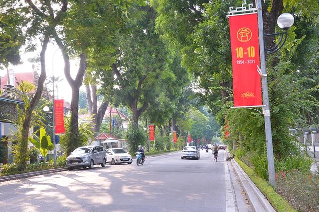 Đường phố Hà Nội rực rỡ chào mừng Kỷ niệm 67 năm Ngày Giải phóng Thủ đô - Ảnh 10.