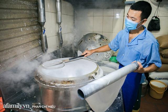 Bà chủ hàng bánh phở tráng tay hiếm hoi còn sót lại - nơi cung cấp nguyên liệu cho hầu hết quán phở nổi tiếng Hà Nội tiết lộ có cho thêm một thứ chẳng ai nghĩ tới để làm nên - Ảnh 10.