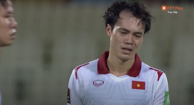 Clip: Thương quá! Nhiều cầu thủ ĐT Việt Nam bật khóc, bất lực vì thất bại đáng tiếc trước Trung Quốc - Ảnh 2.