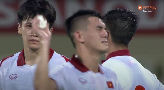 Clip: Thương quá! Nhiều cầu thủ ĐT Việt Nam bật khóc, bất lực vì thất bại đáng tiếc trước Trung Quốc - Ảnh 3.