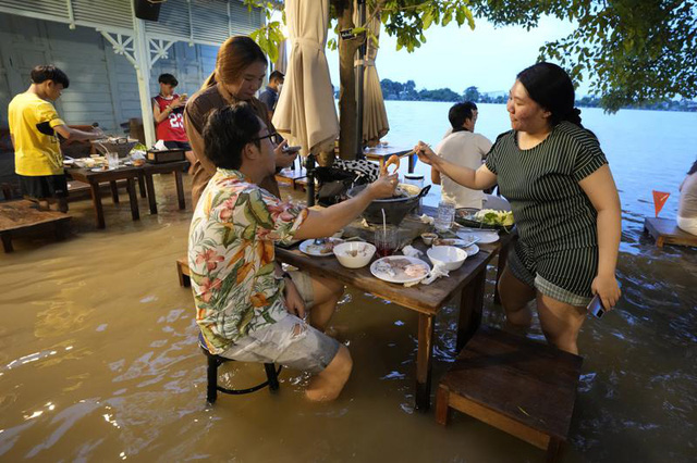 Lẩu lướt ván khiến một nhà hàng ăn nên làm ra trong khi hàng xóm đìu hiu vì ngập lụt - Ảnh 1.