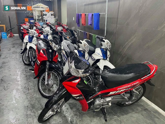Một doanh nhân mua 15 chiếc xe máy, chở ra đèo Hải Vân tặng bà con vượt hàng nghìn km về quê - Ảnh 2.