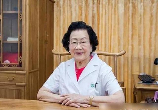 Nữ bác sĩ 98 tuổi da dẻ hồng hào, xương chắc khỏe, không bệnh mãn tính, tất cả nhờ 4 bí quyết sống thọ này - Ảnh 1.