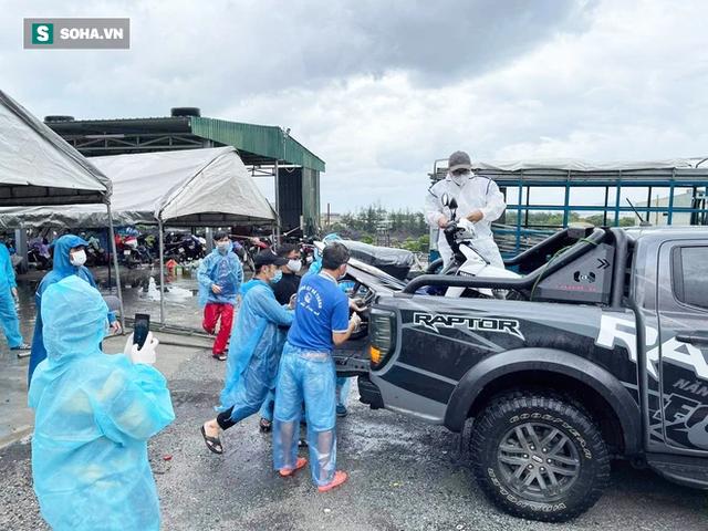 Một doanh nhân mua 15 chiếc xe máy, chở ra đèo Hải Vân tặng bà con vượt hàng nghìn km về quê - Ảnh 3.