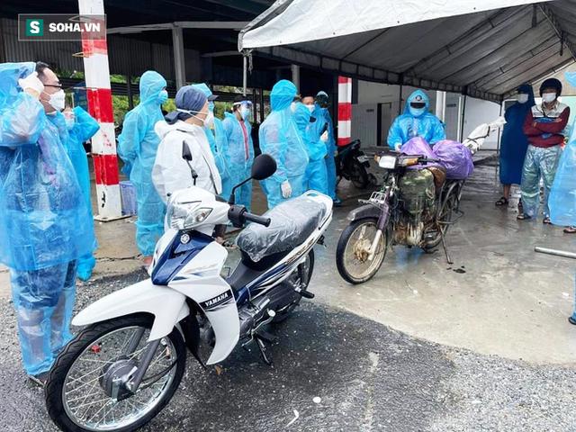 Một doanh nhân mua 15 chiếc xe máy, chở ra đèo Hải Vân tặng bà con vượt hàng nghìn km về quê - Ảnh 5.