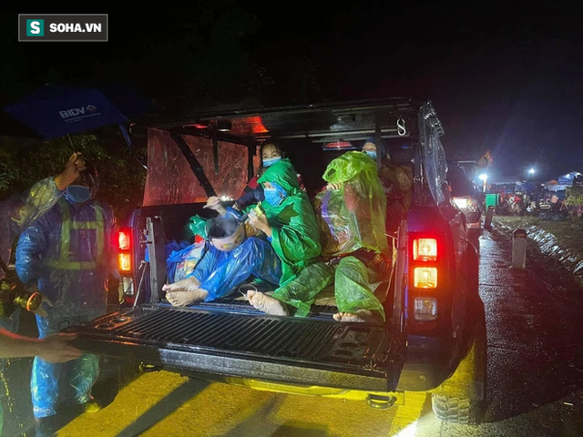 Một doanh nhân mua 15 chiếc xe máy, chở ra đèo Hải Vân tặng bà con vượt hàng nghìn km về quê - Ảnh 7.