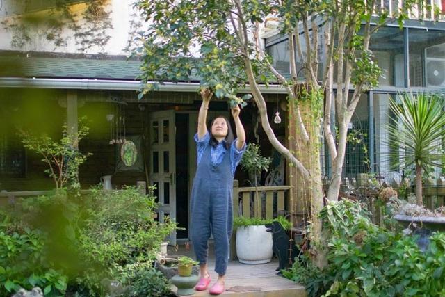 Sau nhiều năm làm việc chăm chỉ, người phụ nữ 50 tuổi mua căn nhà vườn xinh xắn sống cuộc đời an yên - Ảnh 8.