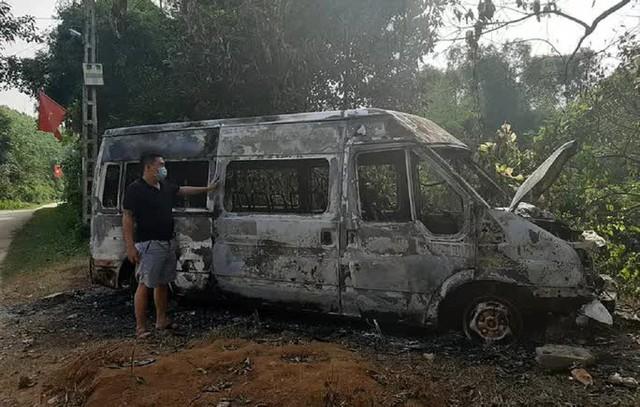 Xe ôtô 16 chỗ bốc cháy bất thường trong đêm, nghi bị phóng hỏa  - Ảnh 1.